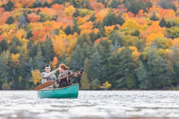 幸せなカップルがカナダの湖でカヌー
