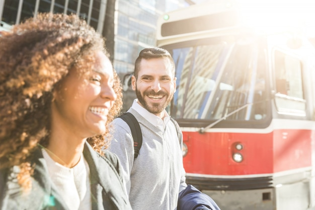 市内の通勤者、ビジネスおよび旅行