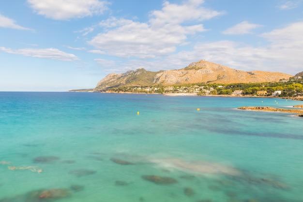 マヨルカの海辺で透き通った水、長時間露光