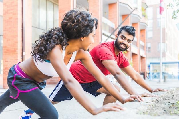 黒人女性とストレッチ体操をしている人