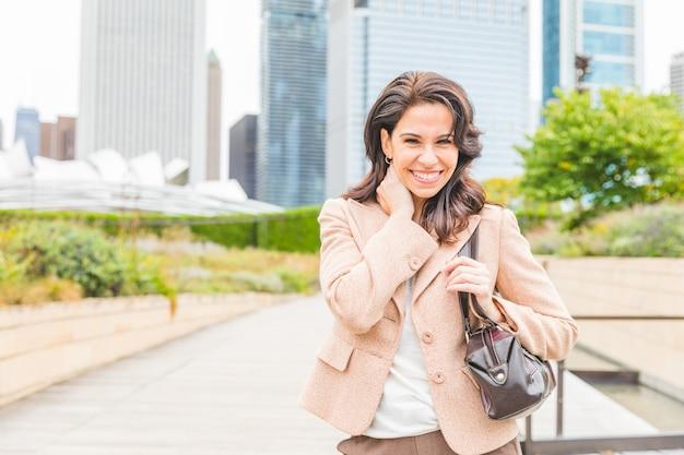 幸せなビジネスの女性の肖像画の笑顔