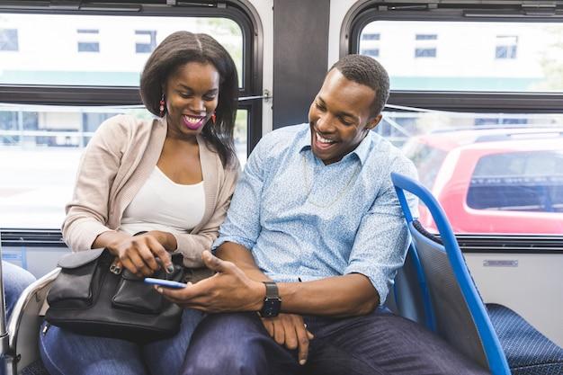 シカゴのバスで旅行する幸せな黒カップル