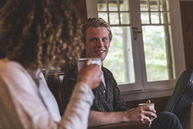 カナダのキャビンでコーヒーを飲むカップル