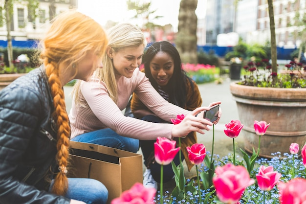 ロンドンのチューリップの花の写真を撮る女の子