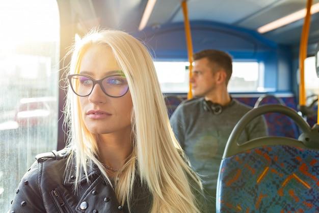 女と男がロンドンのバスで旅行