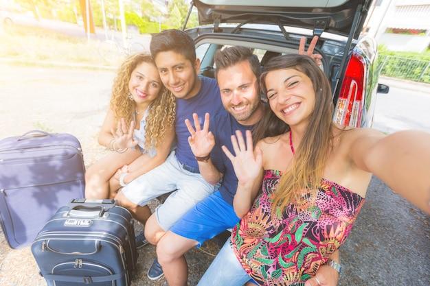 Группа друзей, делающих селфи перед отъездом в отпуск