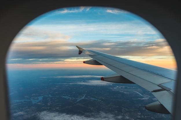 Вид с воздуха с сиденья у окна самолета над крылом