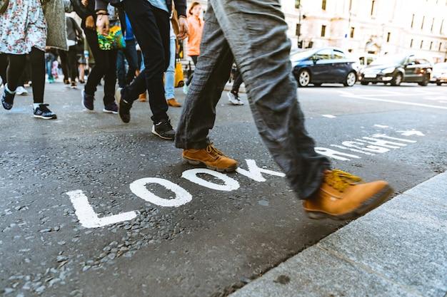 ロンドンの通りを渡る人々