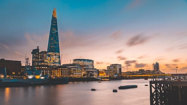 ロンドンのスカイラインと日没時のテムズ川の眺め