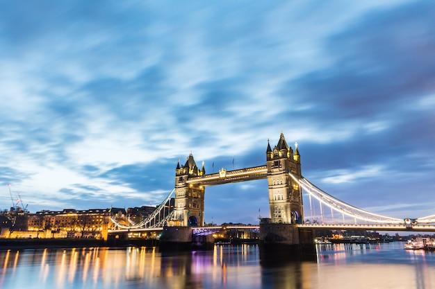ロンドン、タワーブリッジ日の出の美しい景色