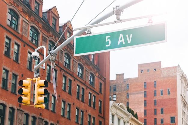 Знак пятой авеню в манхэттене нью-йорк
