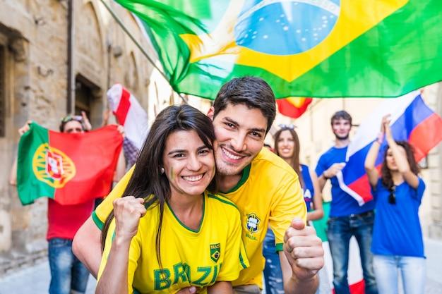 勝利を祝う幸せなブラジル人カップルサポーター