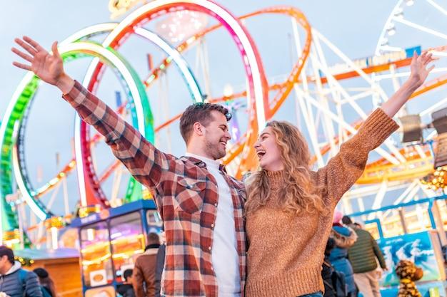 ロンドンの遊園地で楽しんで幸せなカップル