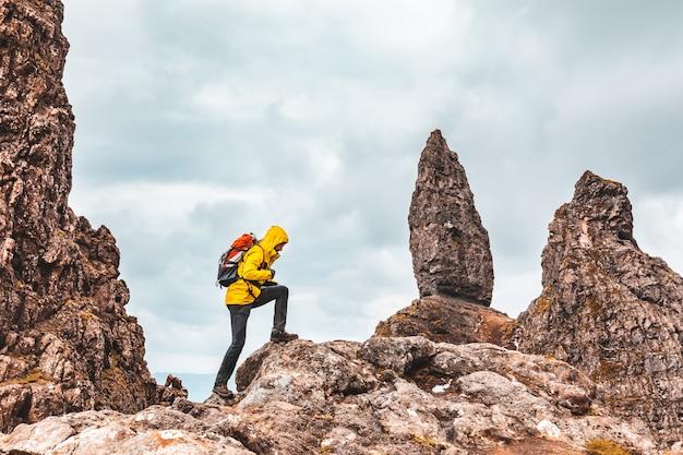 スコットランド、スカイ島のオールドマンオブストーでのハイキングの男