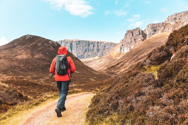 スカイ島のスコットランドで一人でハイキングする男