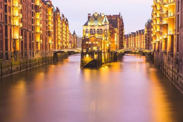 Гамбург старый город склад долгой выдержки выстрелил в сумерках