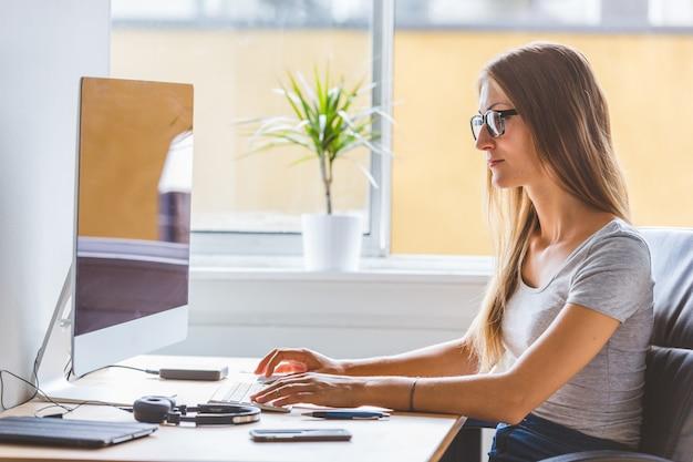 職場、ホームオフィスの状況で若い女性