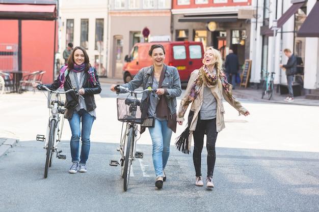 コペンハーゲンを歩く女性のグループ