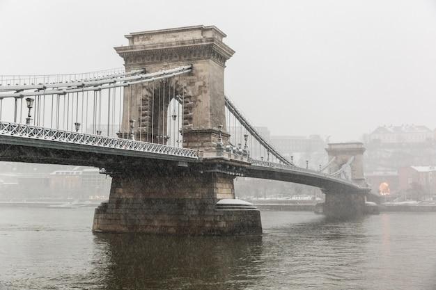 雪の下でブダペストのチェーンブリッジ