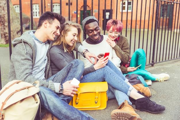 スマートフォンと若い友達のグループ