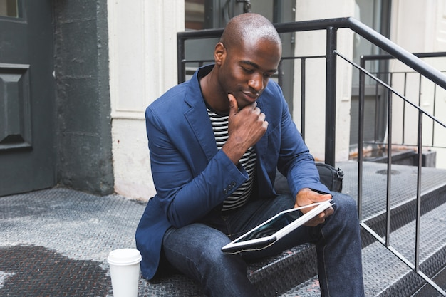 デジタルタブレットを使用して黒人の男