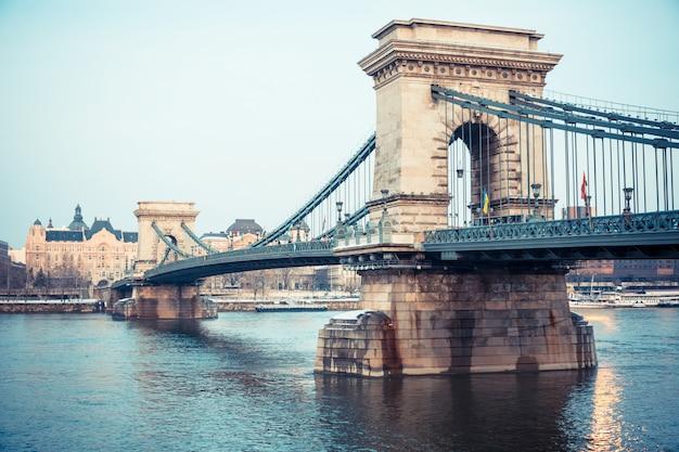 夕暮れ時にブダペストのチェーンブリッジ