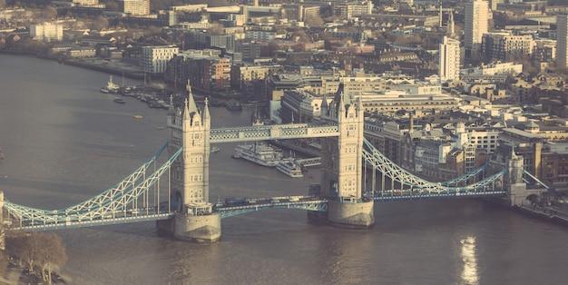 ロンドンのタワーブリッジ、空撮、晴れた日に。