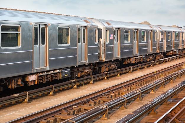 Поезд метро в нью-йорке перед закатом