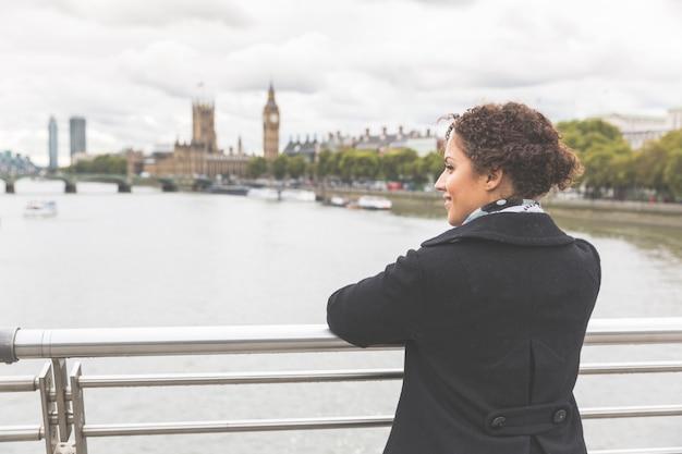 ロンドンの橋の上の若い混血女性