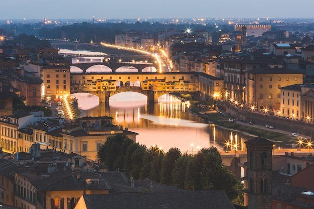 夕暮れ時にフィレンツェのヴェッキオ橋のパノラマビュー