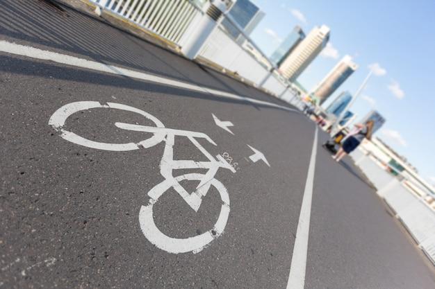 橋の上の自転車レーン