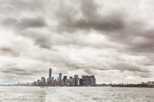 ニューヨーク、川からマンハッタンのダウンタウンの壮大な眺め