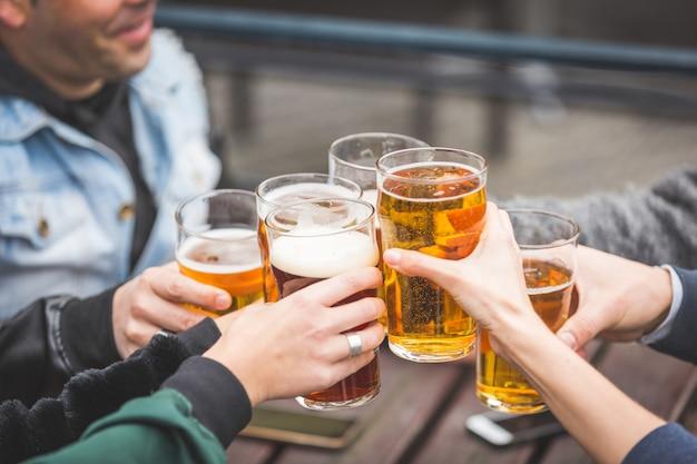 ロンドンのパブでビールを楽しんでいる友人のグループ