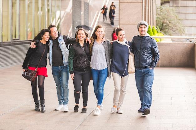 歩いて、ロンドンで一緒に楽しんでいる友人のグループ