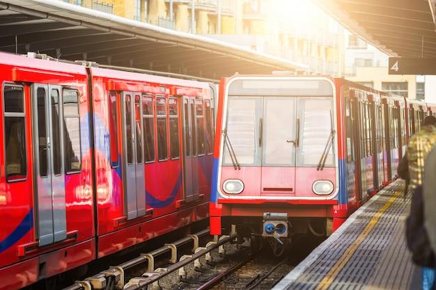 ロンドンの駅で無人都市電車