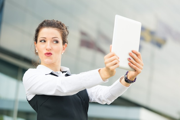 Предприниматель, принимая автопортрет с цифровым планшетом