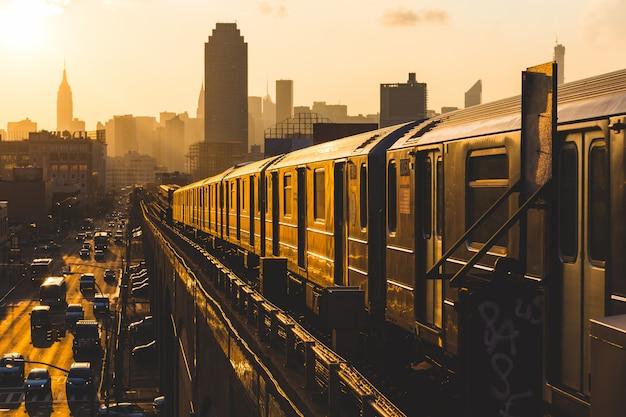 Поезд метро в нью-йорке на закате