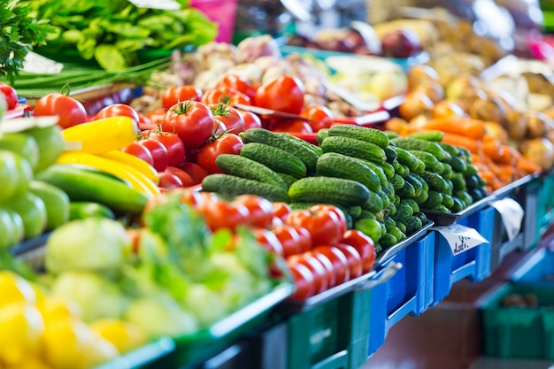 リガのシティマーケットでの果物と野菜