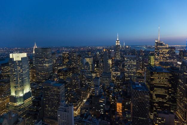 Вид с воздуха на нью-йорк в сумерках