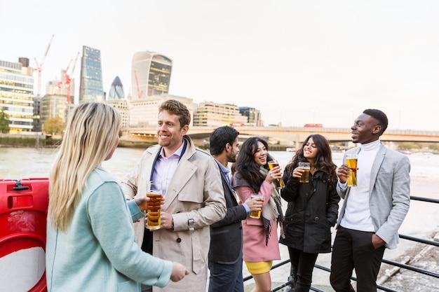 ロンドンでの仕事の後ビールを飲みながらビジネスグループ