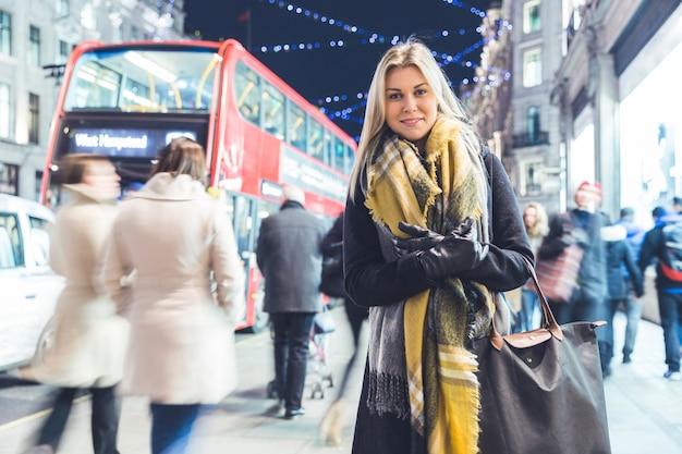 クリスマスの時期にロンドンの美しい女性の肖像画