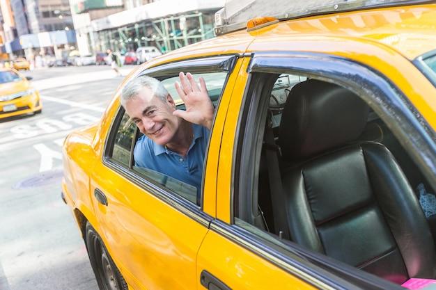 年配の男性がニューヨークでタクシーを利用