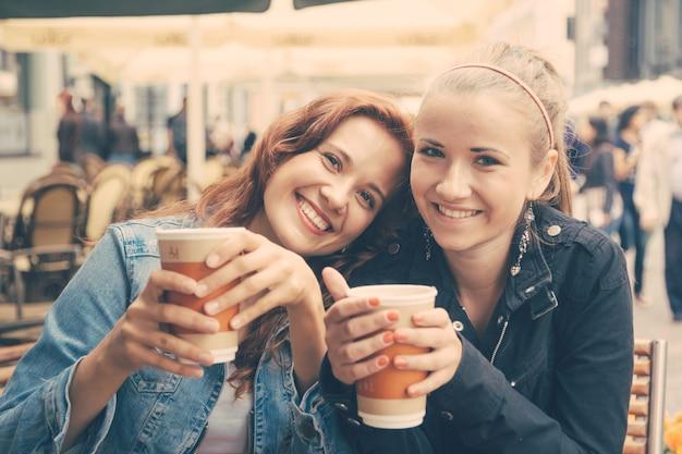 Девочки-подростки, пьющие в баре
