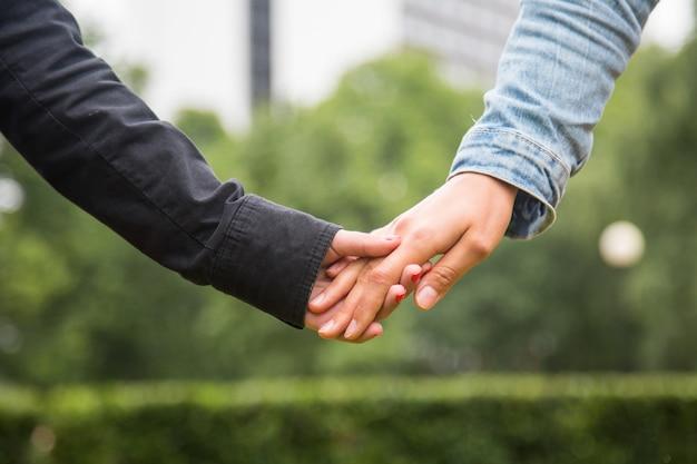 手を繋いでいるレズビアンカップル