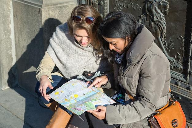 Турист с картой в праге