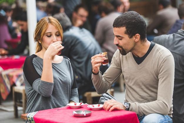 トルコのカップル、イスタンブールのケイ、伝統的なお茶を飲む