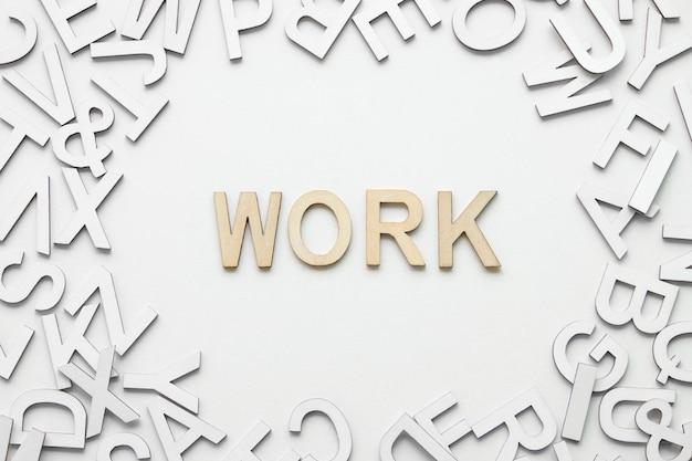 白い背景の上の単語作業木製アルファベットコンセプト