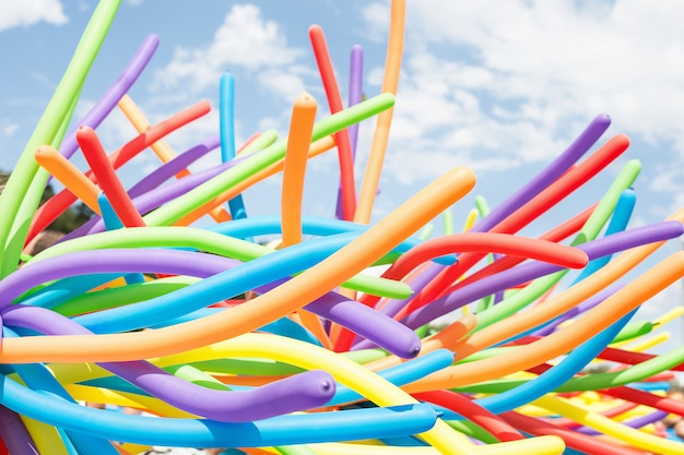 Закройте вверх на воздушных шарах радуги на параде гордости.