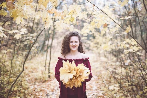 Счастливая девушка в топ в осеннем парке