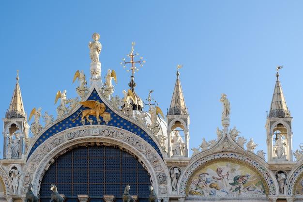 イタリア、ヴェネツィアのサンマルコ大聖堂のファサードの上部からの建築細部